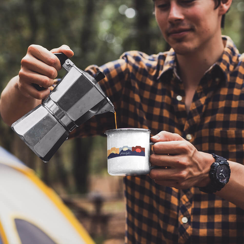 Emaille Tasse Fotografen Feel the light outdooroutdoor camping mann - Stylisch auf Fototour: T-Shirts & Tassen für Fotografen